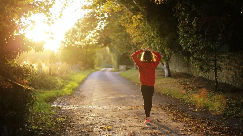 9 sposobów na bycie szczęśliwszym - Spaceruj